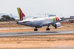 法鲁,葡萄牙- Juny 18日2017年:轻拍葡萄牙飞行在法鲁国际机场的飞机着陆 库存照片