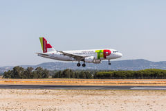 法鲁,葡萄牙- Juny 18日2017年:轻拍葡萄牙飞行在法鲁国际机场的飞机着陆 库存图片