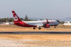 法鲁,葡萄牙- Juny 18日2017年:Airberlin飞行在法鲁国际机场的飞机着陆 库存图片