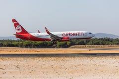 法鲁,葡萄牙- Juny 18日2017年:Airberlin飞行在法鲁国际机场的飞机着陆 免版税库存图片