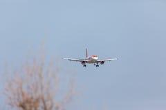 法鲁,葡萄牙- Juny 18日2017年:easyJet飞行在法鲁国际机场的飞机着陆 免版税库存图片