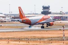 法鲁,葡萄牙- Juny 18日2017年:easyJet飞行在法鲁国际机场的飞机着陆 库存图片