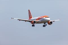 法鲁,葡萄牙- Juny 18日2017年:easyJet飞行在法鲁国际机场的飞机着陆 免版税库存照片