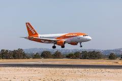 法鲁,葡萄牙- Juny 18日2017年:easyJet飞行在法鲁国际机场的飞机着陆 库存照片