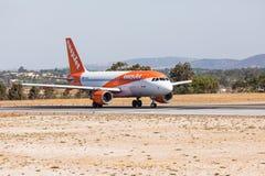 法鲁,葡萄牙- Juny 18日2017年:easyJet飞行从法鲁国际机场的飞机离开 免版税库存图片