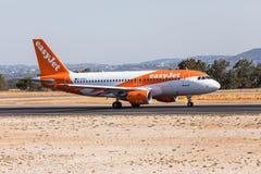 法鲁,葡萄牙- Juny 18日2017年:easyJet飞行从法鲁国际机场的飞机离开 库存图片