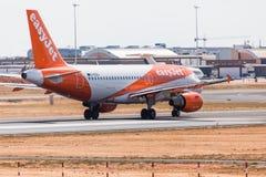 法鲁,葡萄牙- Juny 18日2017年:easyJet飞行从法鲁国际机场的飞机离开 库存照片