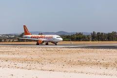 法鲁,葡萄牙- Juny 18日2017年:easyJet飞行从法鲁国际机场的飞机离开 免版税图库摄影