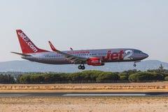 法鲁,葡萄牙- Juny 18日2017年:Jet2飞行在法鲁国际机场的飞机着陆 免版税库存图片