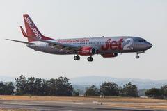 法鲁,葡萄牙- Juny 18日2017年:Jet2飞行在法鲁国际机场的飞机着陆 免版税库存照片