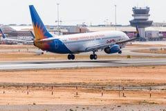 法鲁,葡萄牙- Juny 18日2017年:Jet2holidays飞行在法鲁国际机场的飞机着陆 免版税库存照片
