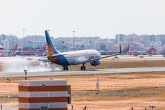 法鲁,葡萄牙- Juny 18日2017年:Jet2holidays飞行在法鲁国际机场的飞机着陆 库存照片