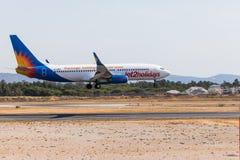 法鲁,葡萄牙- Juny 18日2017年:Jet2holidays飞行在法鲁国际机场的飞机着陆 库存图片
