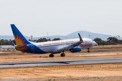 法鲁,葡萄牙- Juny 18日2017年:Jet2holidays飞行在法鲁国际机场的飞机着陆 免版税库存图片