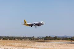 法鲁,葡萄牙- Juny 18日2017年:Monarh飞行在法鲁国际机场的飞机着陆 免版税图库摄影