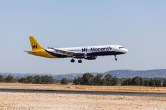 法鲁,葡萄牙- Juny 18日2017年:Monarh飞行在法鲁国际机场的飞机着陆 图库摄影