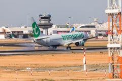 法鲁,葡萄牙- Juny 18日2017年:transavia飞行在法鲁国际机场的飞机着陆 图库摄影