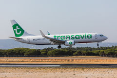 法鲁,葡萄牙- Juny 18日2017年:transavia飞行在法鲁国际机场的飞机着陆 免版税图库摄影
