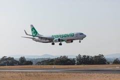 法鲁,葡萄牙- Juny 18日2017年:transavia飞行在法鲁国际机场的飞机着陆 免版税库存照片