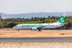 法鲁,葡萄牙- Juny 18日2017年:transavia飞行从法鲁国际机场的飞机离开 库存图片