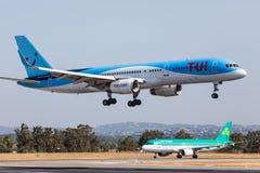 法鲁,葡萄牙- Juny 18日2017年:Tui飞行在法鲁国际机场的飞机着陆 图库摄影