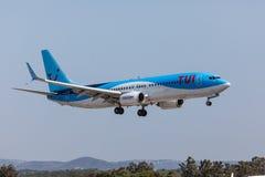 法鲁,葡萄牙- Juny 18日2017年:Tui飞行在法鲁国际机场的飞机着陆 库存图片
