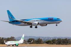 法鲁,葡萄牙- Juny 18日2017年:Tui飞行在法鲁国际机场的飞机着陆 免版税库存照片