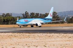 法鲁,葡萄牙- Juny 18日2017年:Tui飞行从法鲁国际机场的飞机离开 库存图片