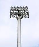 泛光灯橄榄球金属杆体育场 免版税库存照片