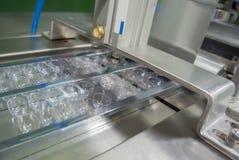 水泡在配药工业的打包机 免版税图库摄影