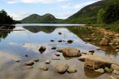 泡影山的反射在Jordan湖阿科底亚国家公园 库存照片