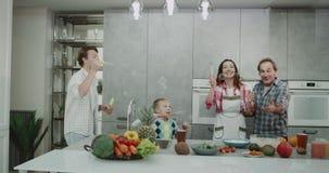 泡影时间在厨房里花费时间的家庭一起一起使滑稽的泡影和使用所有 4K 影视素材
