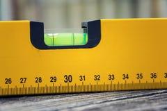 泡影精神水平面在木板特写镜头的建筑工具 免版税库存照片
