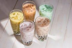 泡影茶 与珍珠的自创各种各样的牛奶茶在木tabl 免版税库存图片
