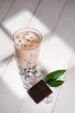 泡影茶 与珍珠的自创巧克力牛奶茶在木ta 库存图片