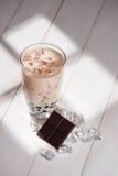 泡影茶 与珍珠的自创巧克力牛奶茶在木ta 免版税图库摄影