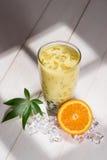 泡影茶 与珍珠的自创橙色牛奶茶在木桌上 免版税库存照片
