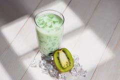 泡影茶 与珍珠的自创猕猴桃牛奶茶在木桌上 免版税库存图片