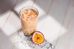 泡影茶 与珍珠的自创西番莲果牛奶茶在woode 免版税库存照片