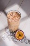 泡影茶 与珍珠的自创西番莲果牛奶茶在woode 图库摄影