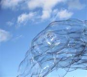 泡影起泡在蓝天的浮动肥皂漂泊与云彩 库存照片