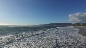 泡沫似的波浪在海岸线轻轻地舔 股票视频