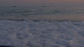 泡沫似的海波浪和Pebble海滩 股票录像