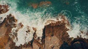 泡沫似的海海浪空中下来上面视图在岩石的 影视素材