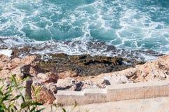 泡沫似的海洋和接合的边缘。 免版税库存图片