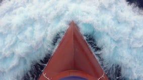 泡沫似飞溅波浪反对货船的红色电灯泡 股票视频