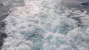 泡沫和搅动的水足迹从船的推进器到海里 股票视频