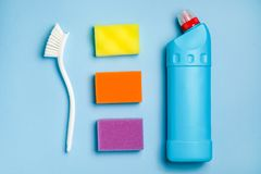 泡沫海绵,洗碗的塑料刷子,擦净剂的空白的瓶 清洗的辅助部件 免版税库存照片