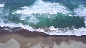泡沫的波浪美好的空中英尺长度在海滩的 股票视频