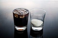泡沫腾涌的可乐的概念喝与不健康的糖内容 免版税库存照片